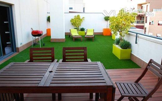 Decoraci n de terrazas con cesped artificial para m s for Decorar terrazas barato