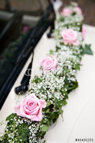 Brautauto Blumenschmuck – kaufen Sie dieses Foto und finden Sie ähnliche Bilder auf Adobe Stock