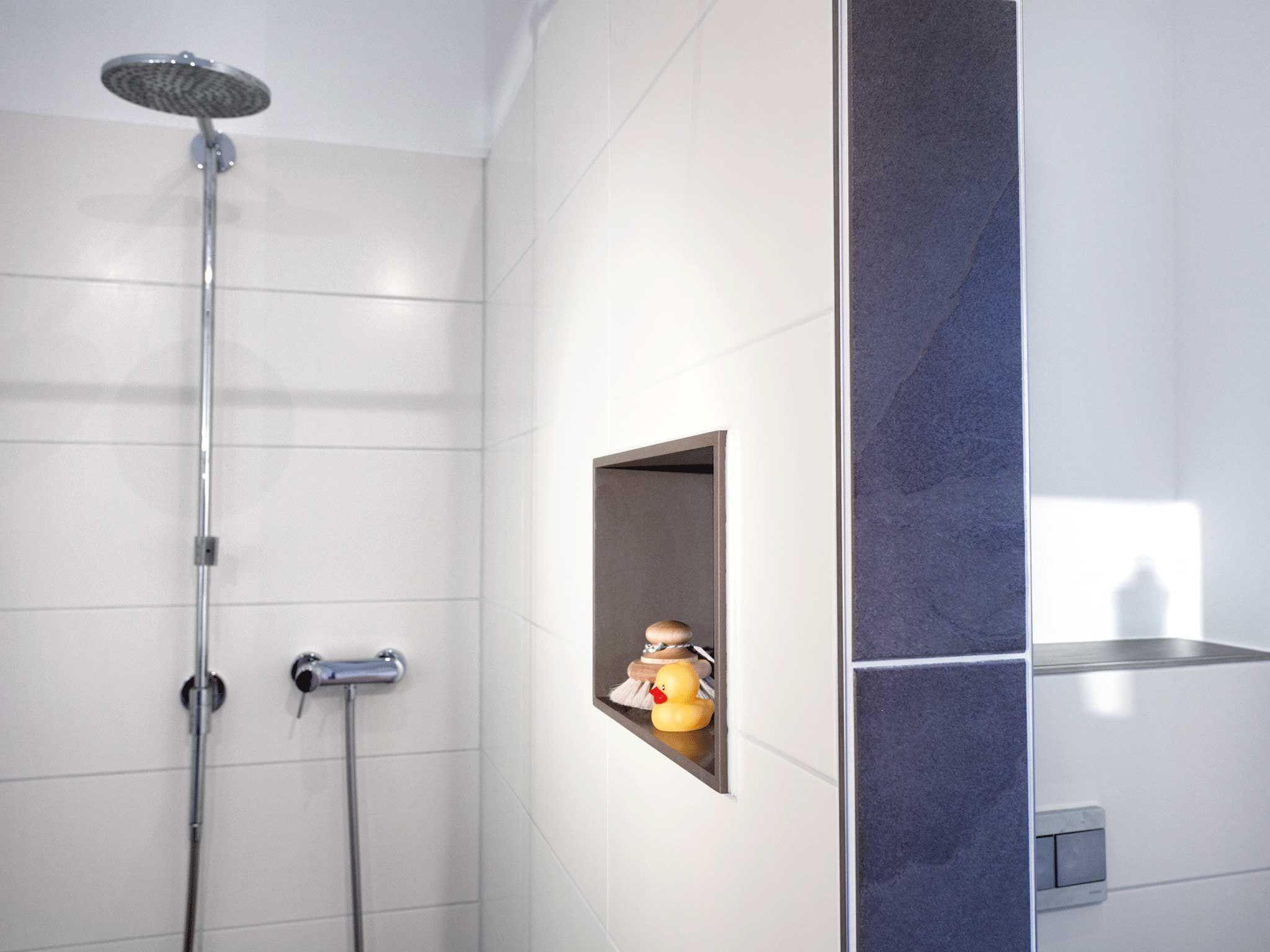Hier können Shampoo und Co. direkt in die Wand gestellt