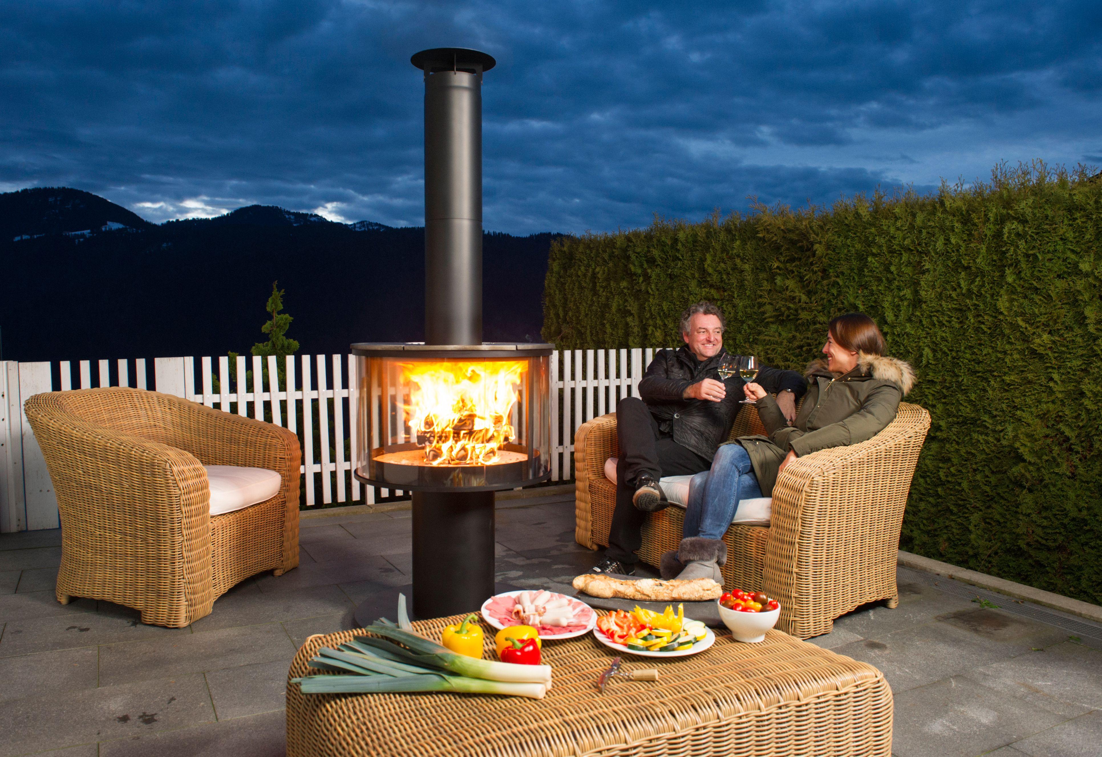 Eine Geschlossene Grillfeuerstelle Und Warmequelle Bei Der Die Sicht Auf Das Feuer Uneingeschrankt Ist Der Rueg Feuerstelle Garten Feuerstelle Outdoor Kocher