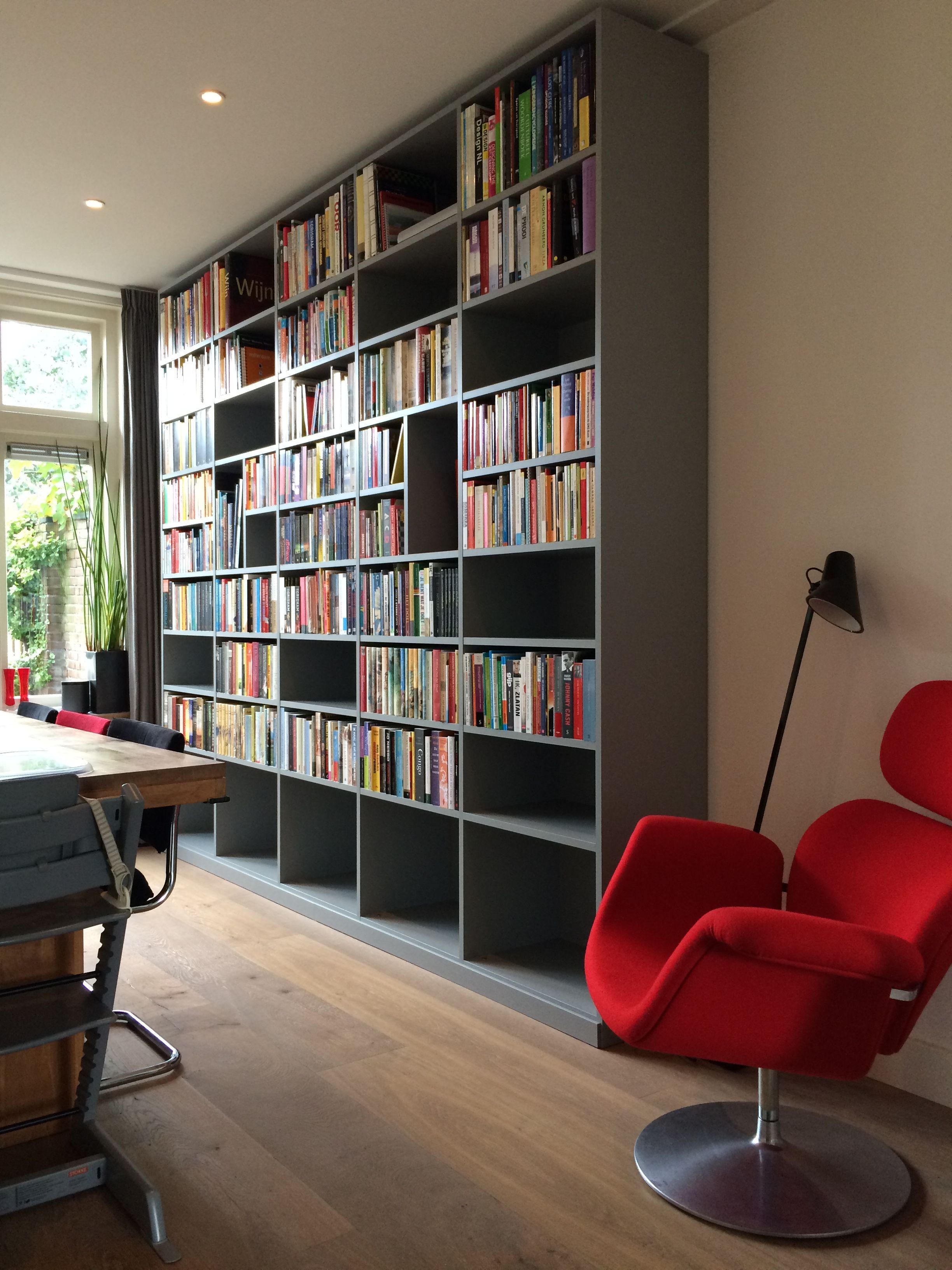 Deze op maat gemaakte boekenkast door Lex Vennema is een mooie ...