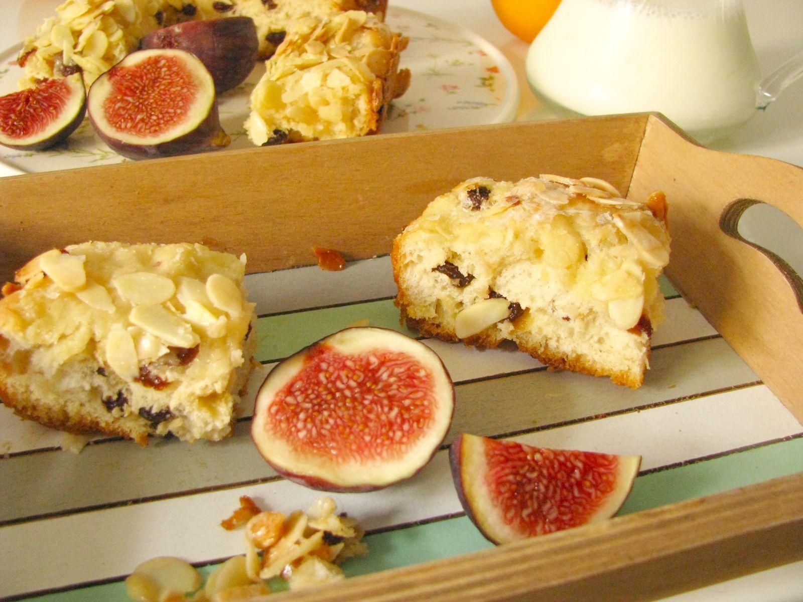 Maslovy kolac na ranajky s hrozienkami a mandlami