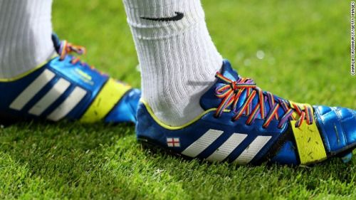 did anyone notice  the laces that Louis was wearing on the match were multicolor?    Omg