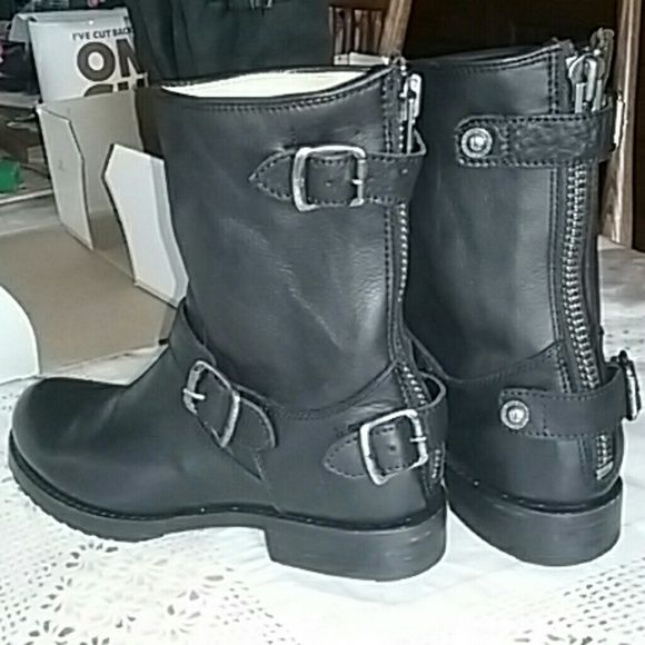 LIKE NEW Frye Veronica short back zip why oh why must my feet be bigger than my mother's!? :) Frye Shoes Combat & Moto Boots