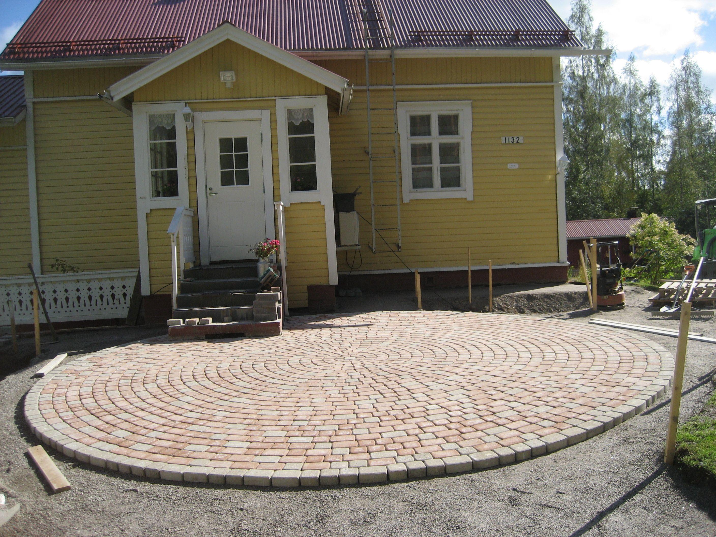 RudusPiha Facebook seurantakohde 2014. Harmaat ja hiekanruskeat Klassikko-kivet taipuvat hienosti ympyräladontaan. http://www.rudus.fi/pihakivet