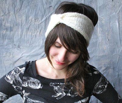 Fuente: http://www.etsy.com/listing/118596962/knit-headband-turban-cinched-headwrap