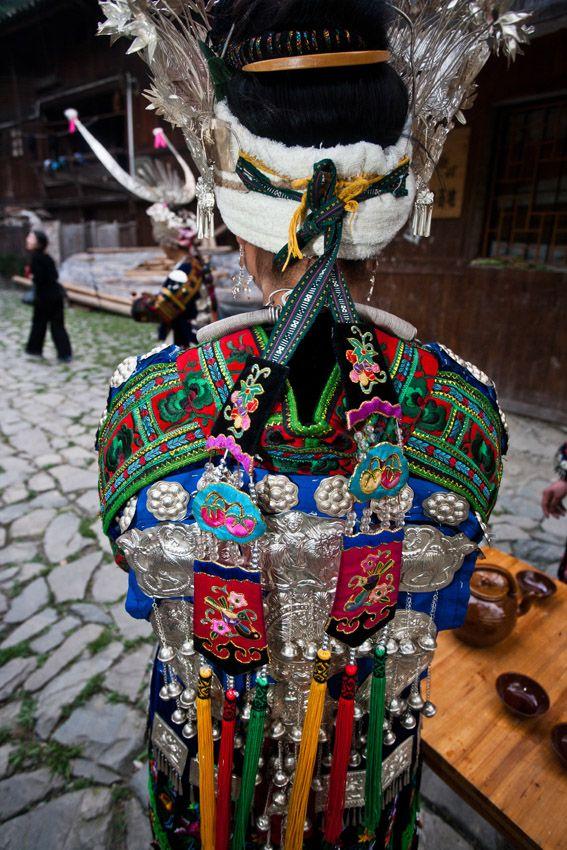 MIAO Costumes! Mettre sur les costumes de broderie avec les esprits des ancêtres signifié sur, est équivalent à être protégé, protégé et béni par les ancêtres, qui prendra bien soin de leur progéniture. Donc, le costume de broderie n'est pas pour se protéger des vents et des pluies et de garder au chaud, mais en exécutant les fonctions de culte d'ascendance, la croyance et l'héritage culturel.