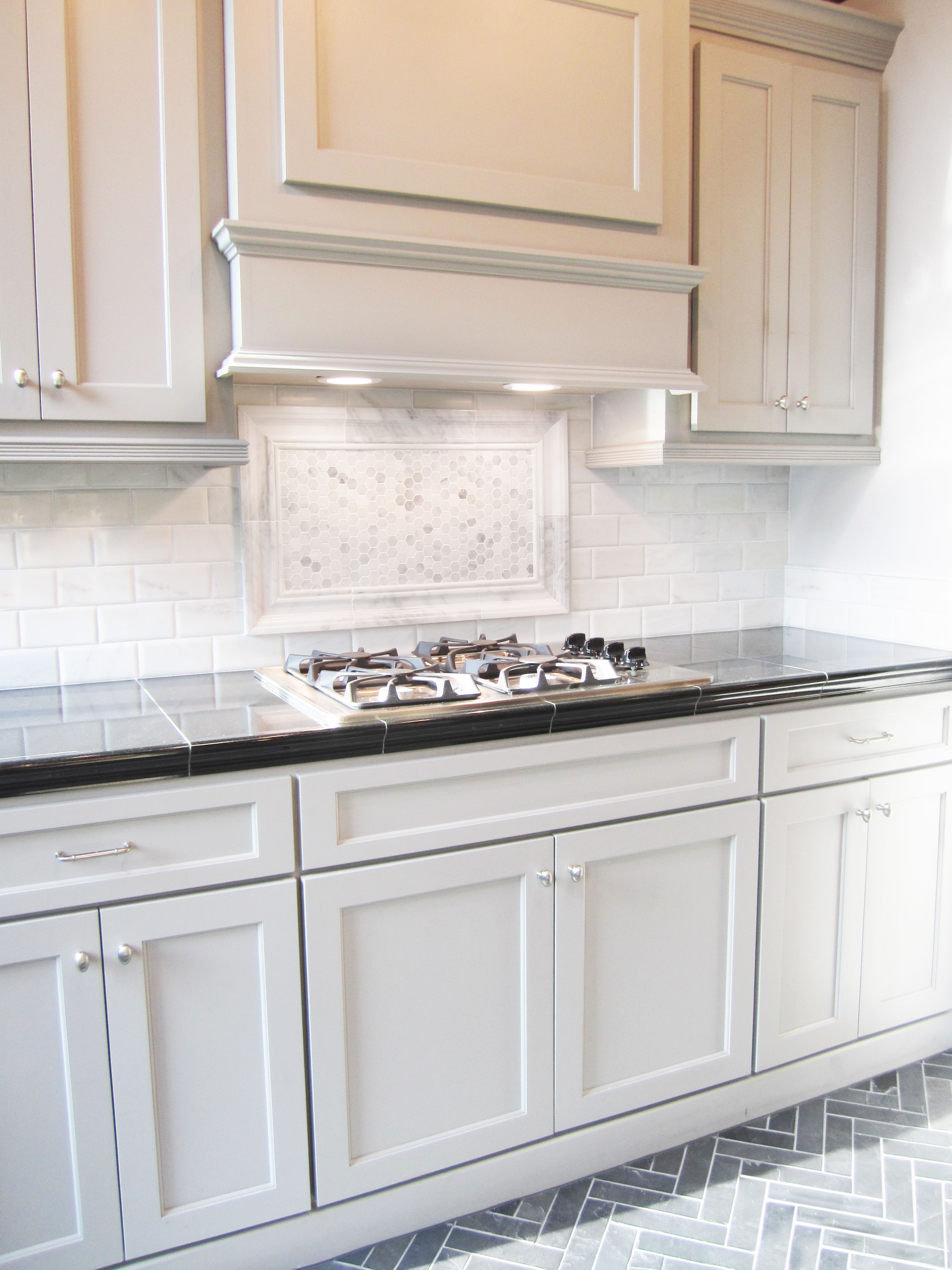 This Striking Marble Backsplash Pairs Well With These Shaker Style Cabinets The T Open Plan Kitchen Living Room Kitchen Cabinet Styles Kitchen Cabinets Decor