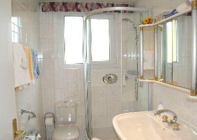 Badezimmer Sehr Hochwertig Gefliest Und Eingerichtet Dusche Toilette Grosses Waschbecken Grosser Spiegels Durchlauferhitzer Toiletten Ferienwohnung