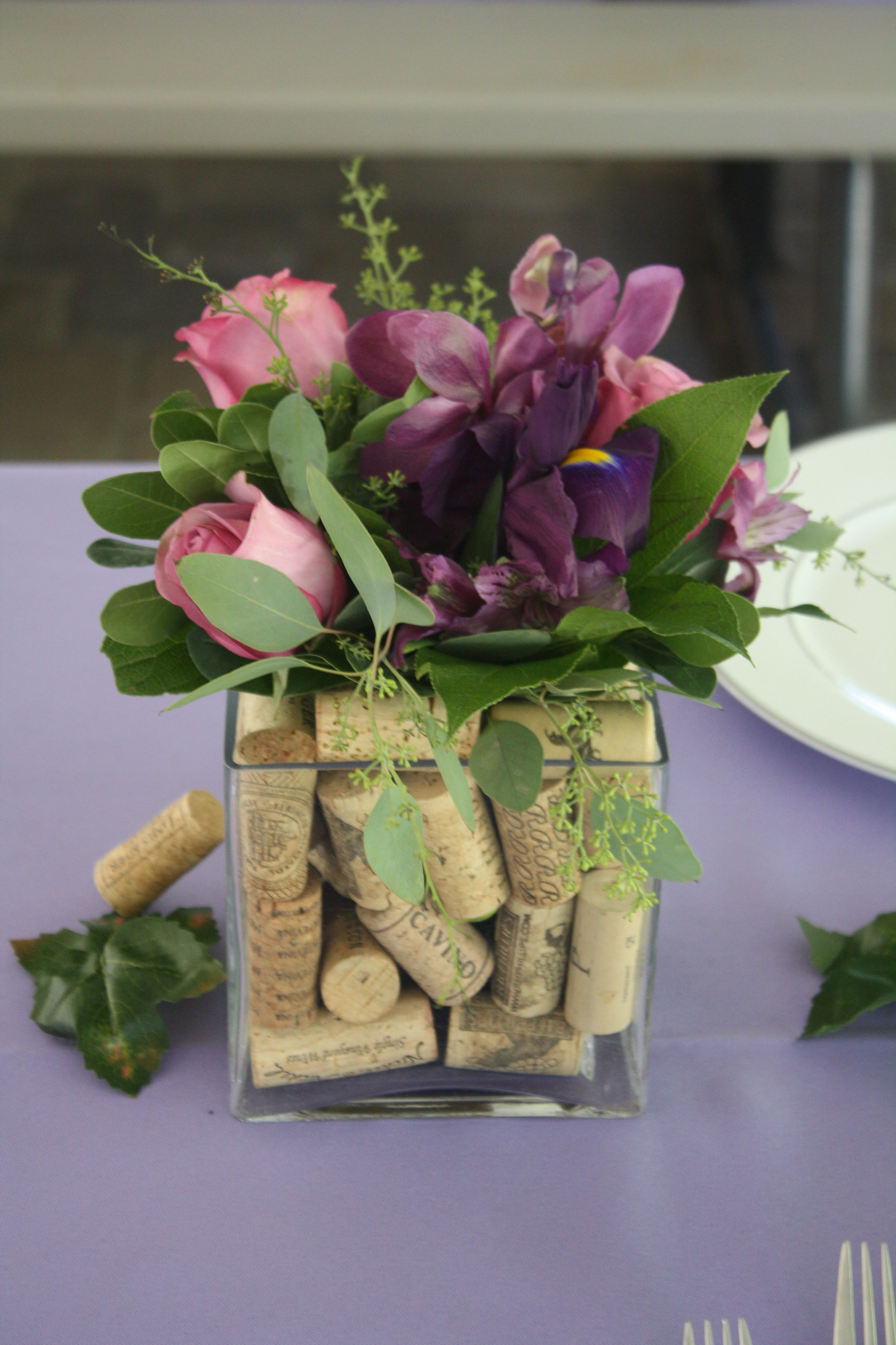 composition florale centre table dans un vase avec des bouchons de