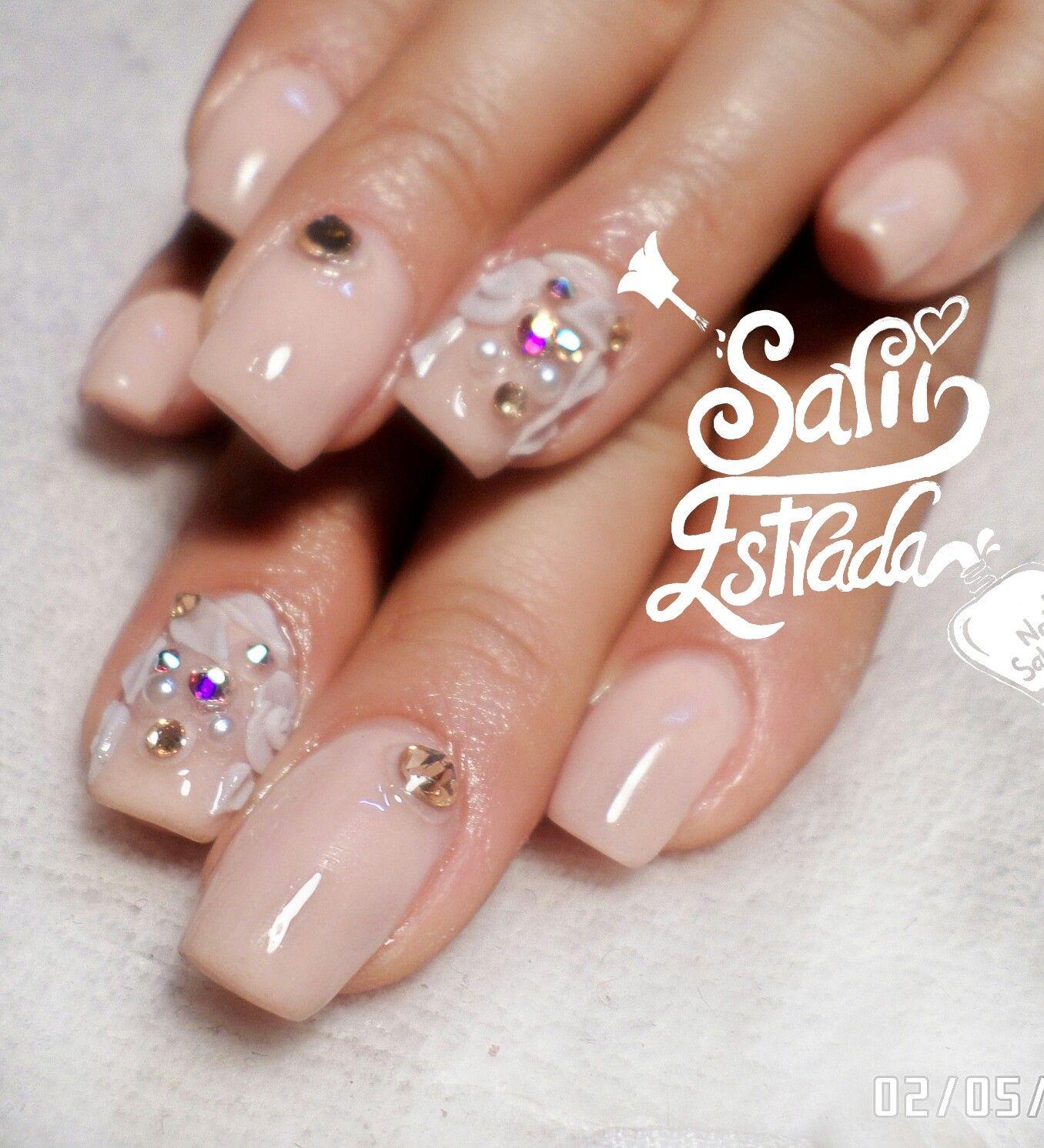 $230.   Uñas acrílicas Esculturales. Punta cuadrada. Nude beige. 3D flores blancas. Swarovski. Organic Nails. Desing by Sarii Estrada