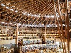秋田県秋田市にある国際教養大学内にある図書館で 日本一美しい図書館 と称される 中嶋記念図書館 ハリーポッターの図書館みたいとの声もある図書館です その美しさから映画 図書館戦争 やドラマ 戦う 書店ガール などのロケ地としても使用されたことでも