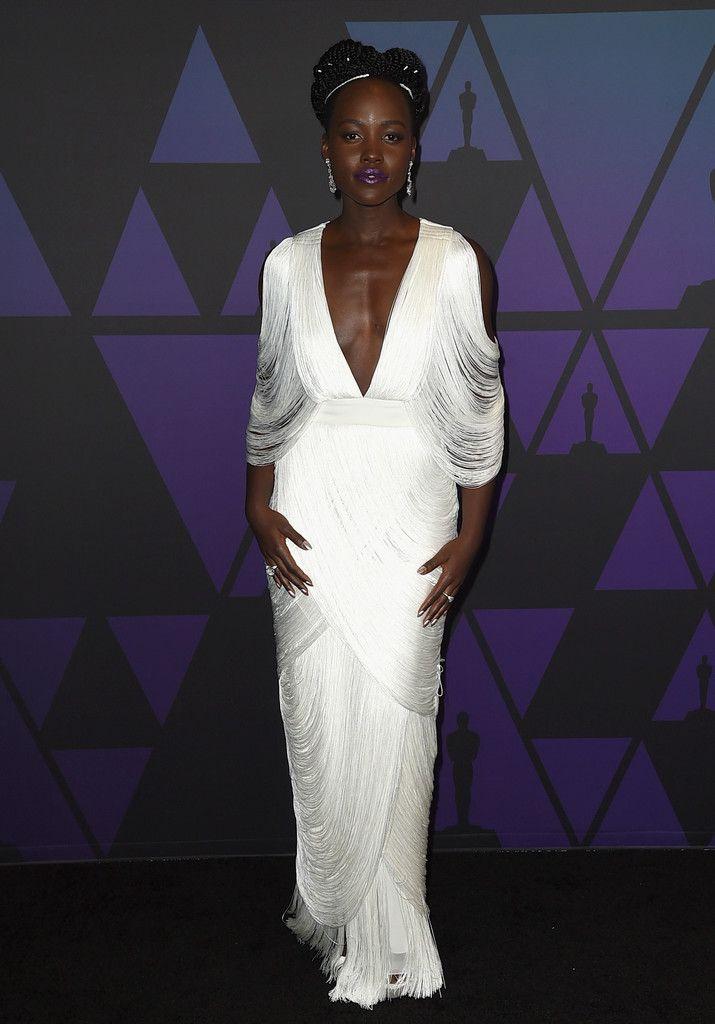 c0b6ce97dc De los Governors Awards  Lupita Nyong o. Con un vestido blanco con flecos  de Tom Ford primavera 2019.