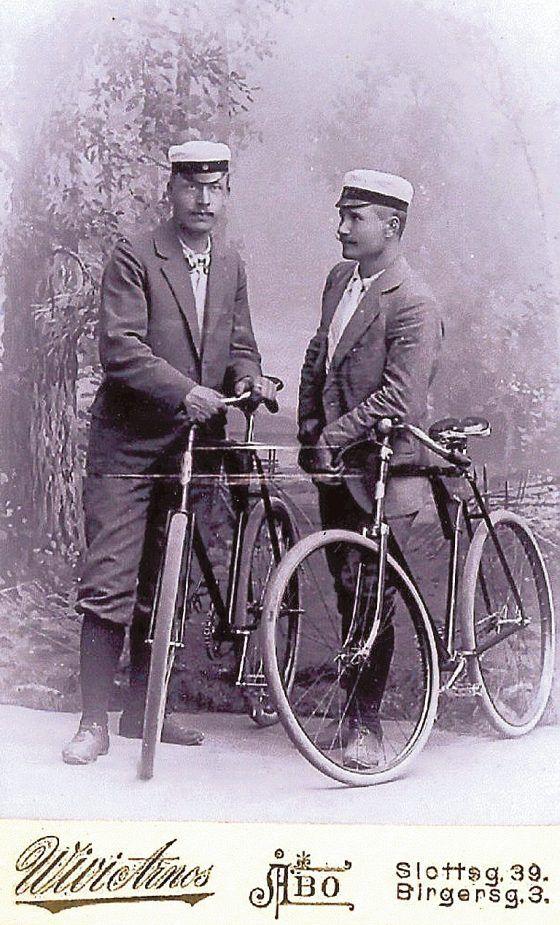 Turkulainen Frans Wilhelm Vetre (oik.) ja hänen ystävänsä poseeraavat ylioppilaslakkeineen ja pyörineen vuonna 1898. Vetren Rover Royal –pyörä maksoi vuonna 1897 350 markkaa (noin 1500 euroa) ja painoi 11 kiloa.