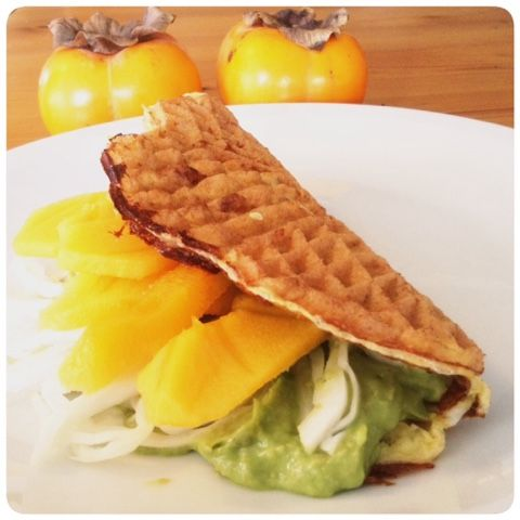 Merethe Vrå : Æggevaffel med avocadocreme og sharon frugt