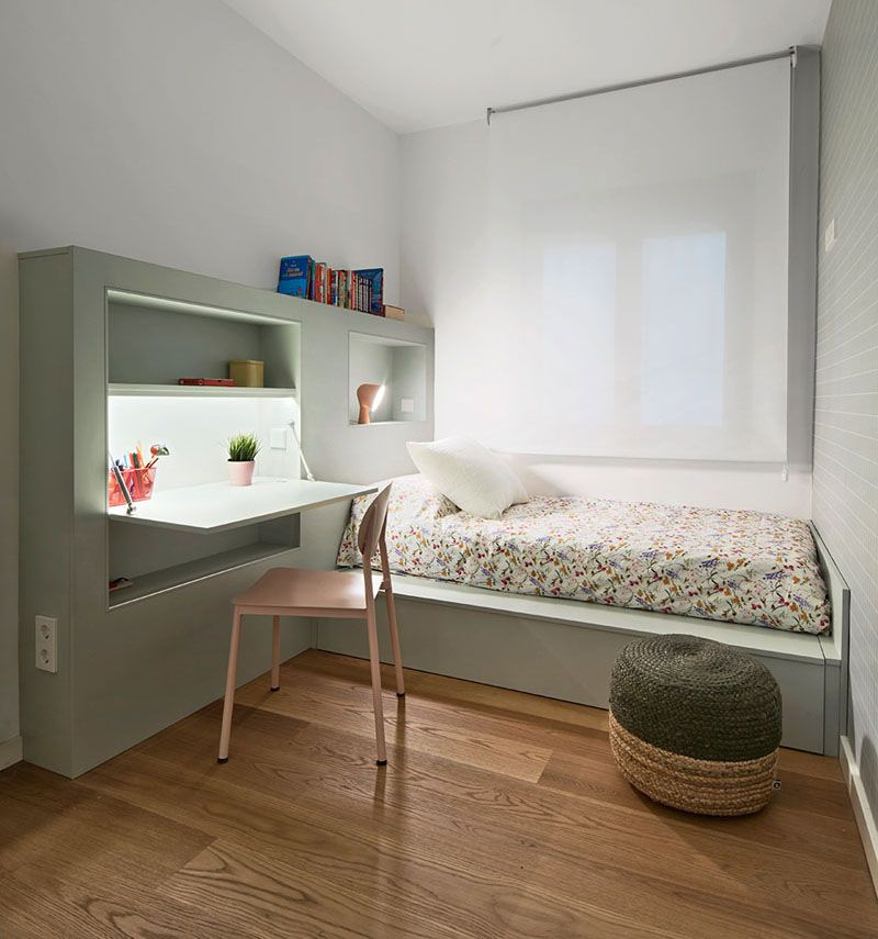 This Small Kids Bedroom Combines The Bed Frame A Desk And Shelves To Save Space Camerette Idee Di Arredamento Arredamento