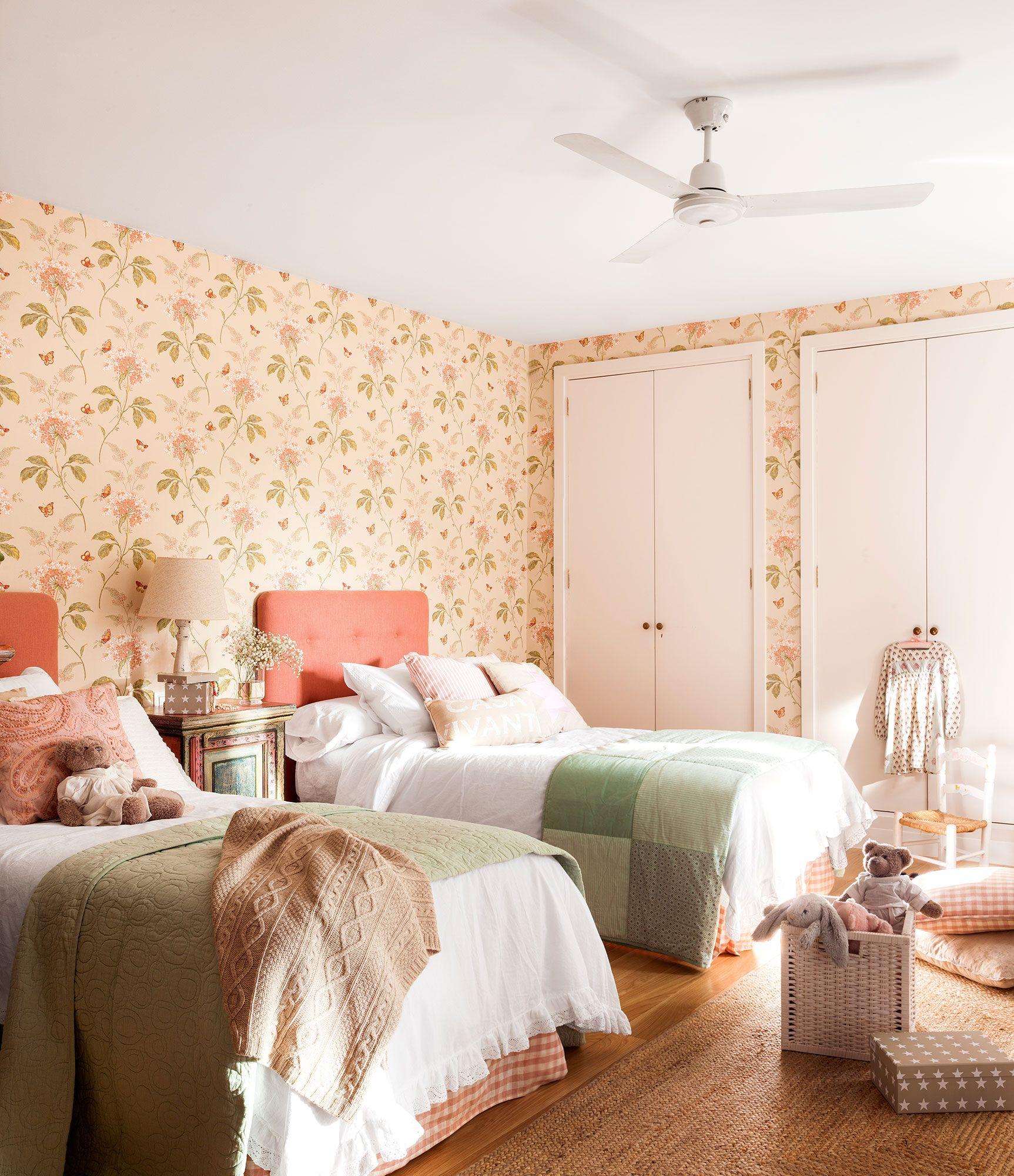 Habitación infantil con dos camas y papel pintado_421017 ...