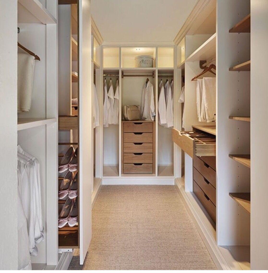 Closets pequenos inspiradores closet cal adas e quartos for Modelos de zapateras para closets