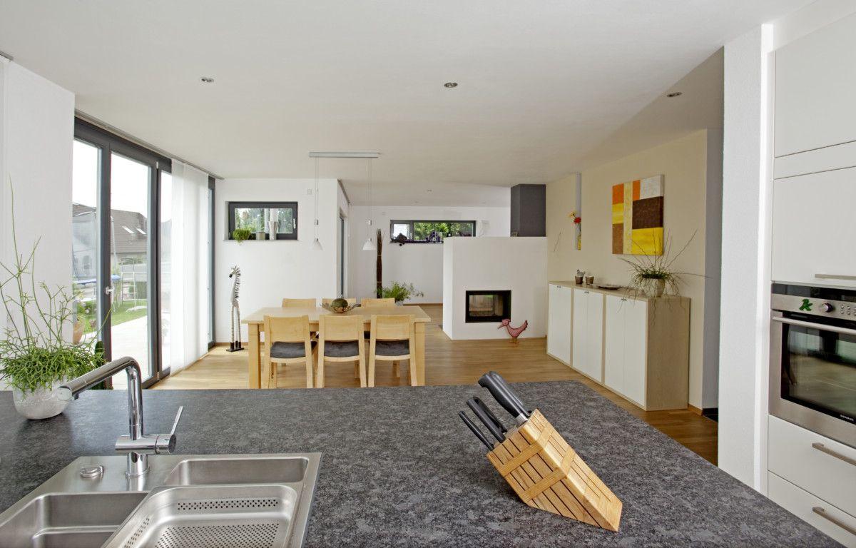 Wohnküche mit Esstisch und Kamin als Raumteiler - Inneneinrichtung ...