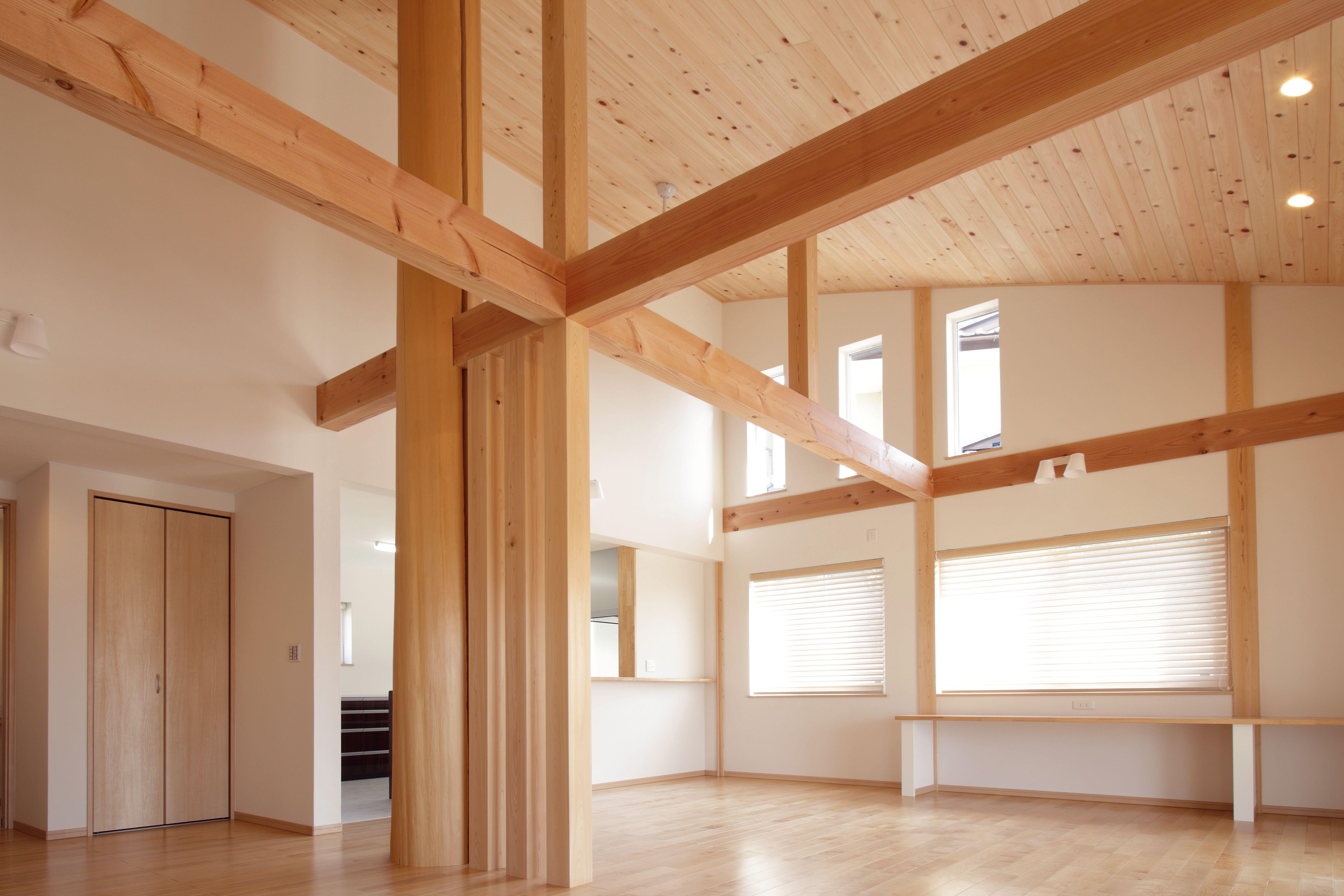 天井は木曾ひのきの羽目板 大黒柱 梁が圧倒的な存在感を主張している