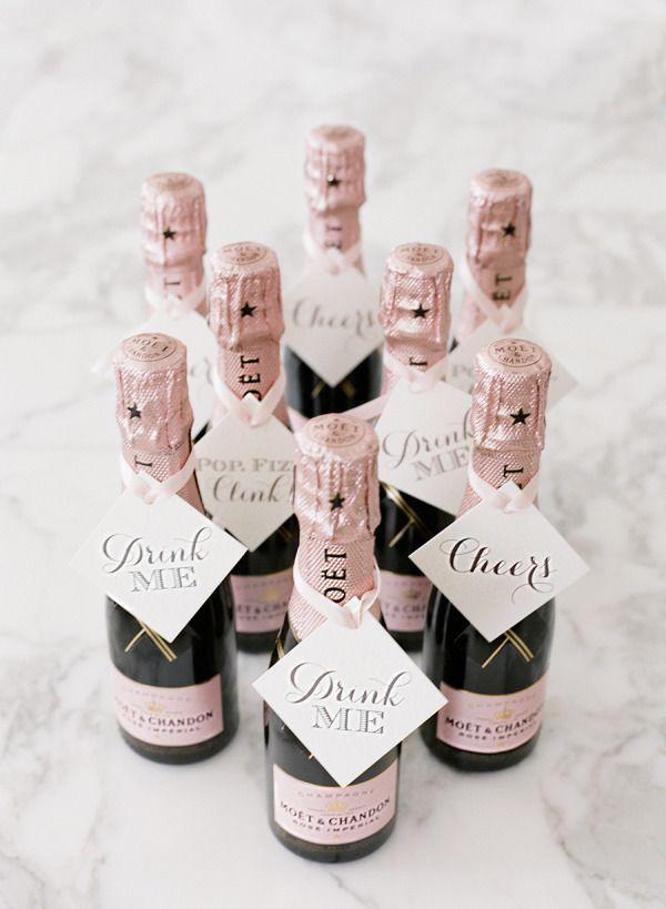 Iedereen een eigen klein flesje champagne na de bruiloft
