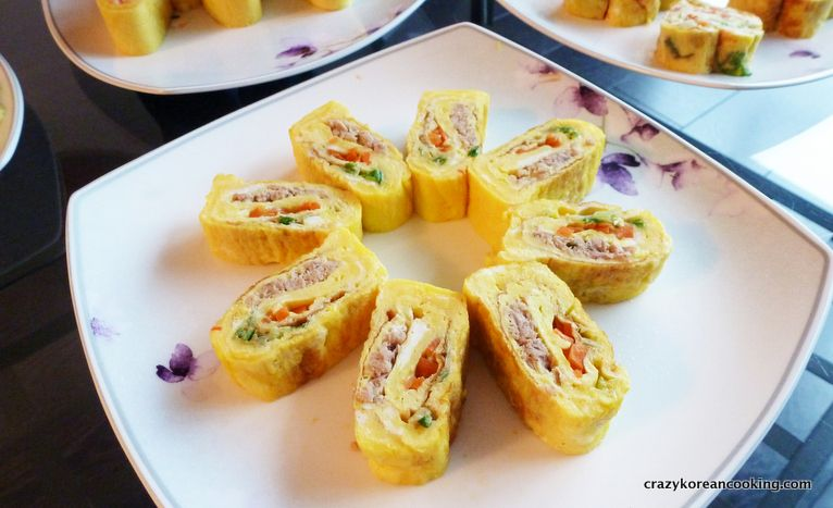 Rolled egg side dish recipe, 3 layer variation gyeranmalyee 참치 당근 계란말이 #koreanfood #koreancooking #koreanrecipe #lovekoreanfood #koreanegg #koreanvegetarian   http://crazykoreancooking.com/recipe/rolled-egg-side-dish-recipe-3-layer-variation