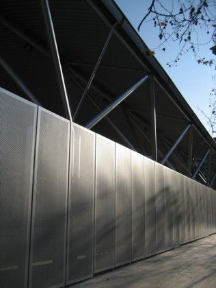 Cerramiento perimetral de acero, para polideportivo.