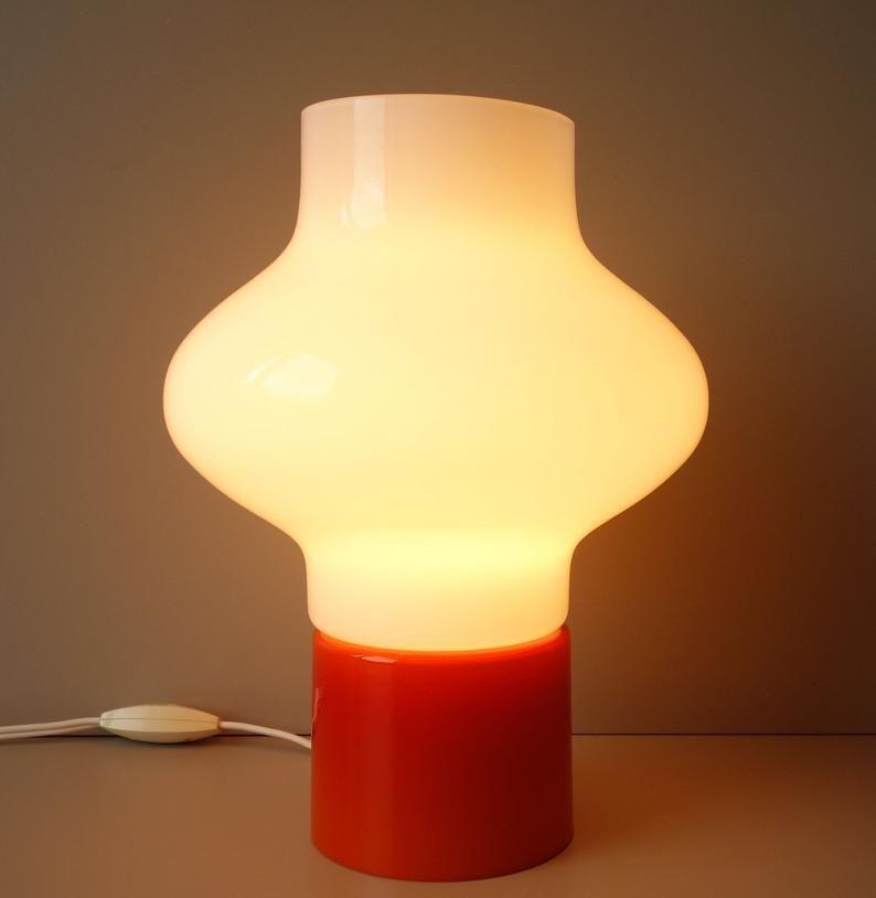 Vintage Oranje Glazen Cased Opaline Nachtkastje Bureaulamp Licht Is In Oranje En Witte Poloshirt Ontwerp Jaren 1970 Half Eeuw Moderne Funky Pop In 2020 Table Lamp Novelty Lamp Lamp