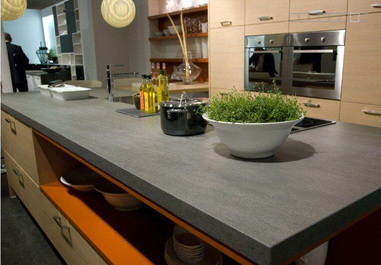 Cuisine plan de travail en îlot de cuisine moderne foncé en céramique 2