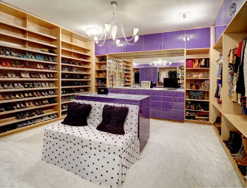 Ankleidezimmer mit lila Kleiderschrank und Schuhregal | Begehbaren ...