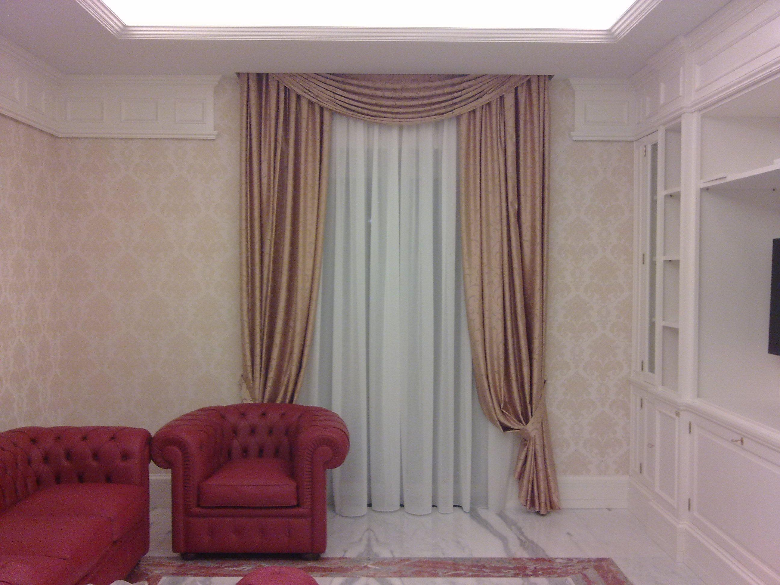 Tendaggio con calate e mantovana in stile barocco for Mantovana moderna