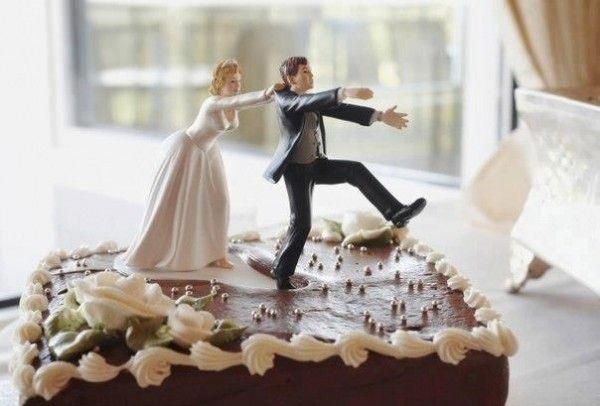 Las fiestas de divorcio traen consigo un humor que llega al bizcocho.