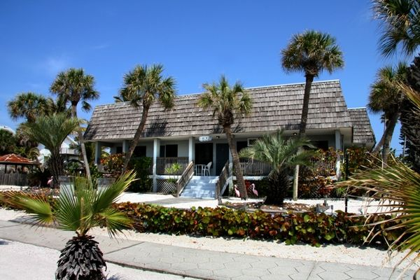 The Courtyard With Pop Of Color At The Sunset Inn Cottages With Sea Grass Nautical Rope Our Daily Report In Beach Sunset Sunset Beach Florida Beach Bars
