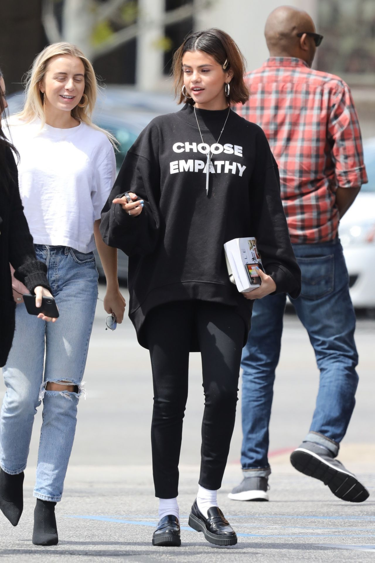 Selena gomez out for lunch in studio city 03 25 2018 for Mode bekleidung schule frankfurt