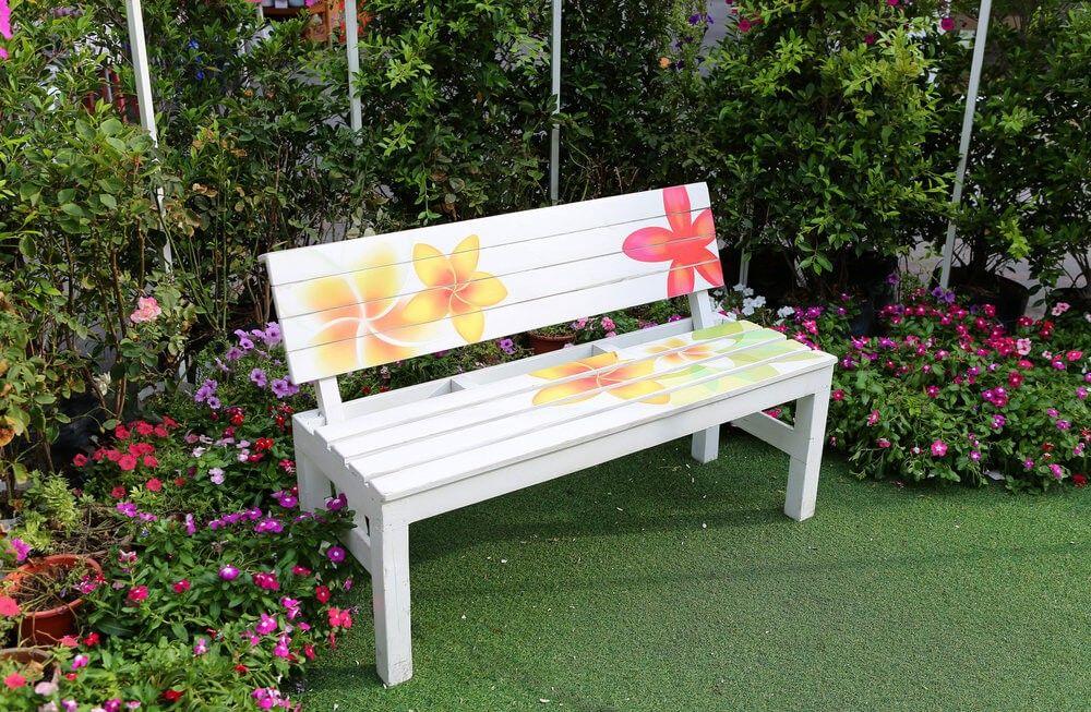 Eine dekorative gartenbank ist eine gute partie f r einen - Gartenbank bunt ...