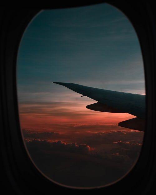Vista De La Ventana Del Avion Durante La Hora Dorada Airplane Photography Airplane Window View Airplane Window