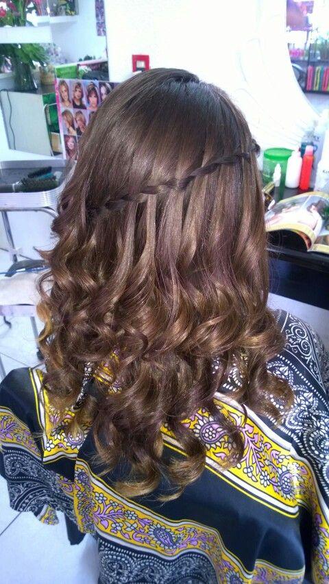 Peinados de trenza de cascada con rizos