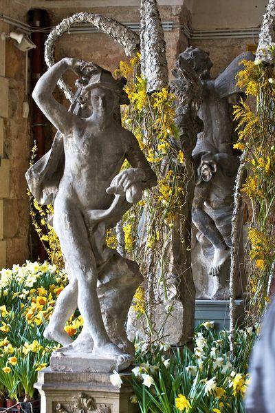 Blumen und Skulpturen im Palais am Großen Garten   stefanolix