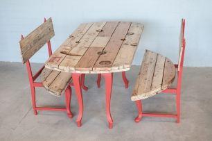 L'estoc | Muebles con valor añadido Conjunto picnic. Mesa y bancos de carrete de cable eléctrico con patas de mesa recuperadas. Acabado en madera natural y detalles de color.