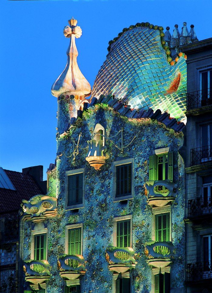La Casa Batlló Fue Diseñada Por Gaudí Para Josep Batlló Un Rico Aristócrata Como Una Casa De Luj Gaudi Architecture Barcelona Architecture Gaudi Barcelona