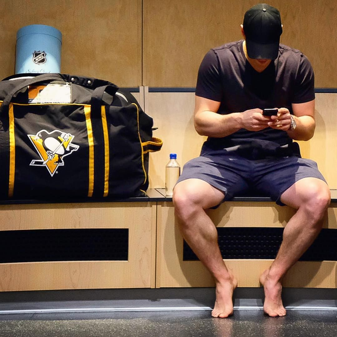 He has big thigh muscles😮💪 📸 @dkpghsports  sidneycrosby  pittsburghpenguins  cleanoutday  dkpghsports
