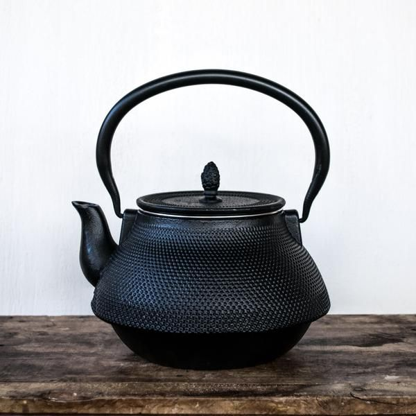 An elegant cast iron tea pot with enamelled interior and removable stainless steel infuser. Capacity 1.5 litres. Height with hinged handle extended 23cm.