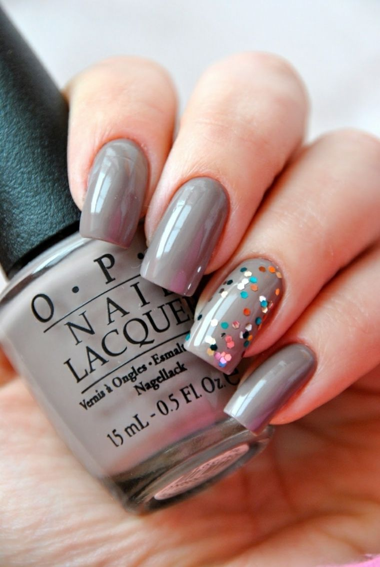 Unghie autunno inverno 2018 di colore grigio con lustrini colorati sul dito  anulare