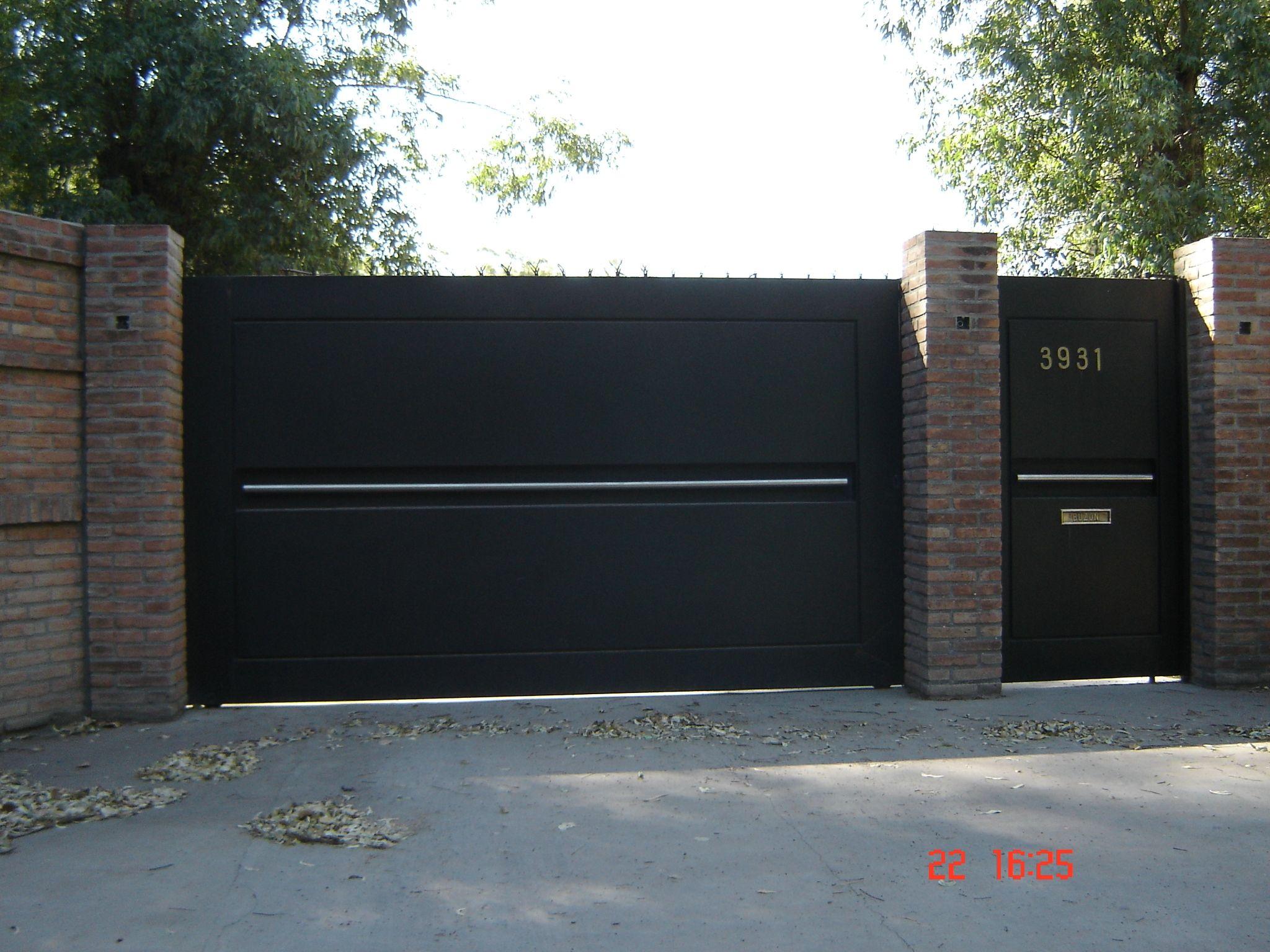 Frente vivienda puerta y port n de chapa plegada con for Puertas para vivienda