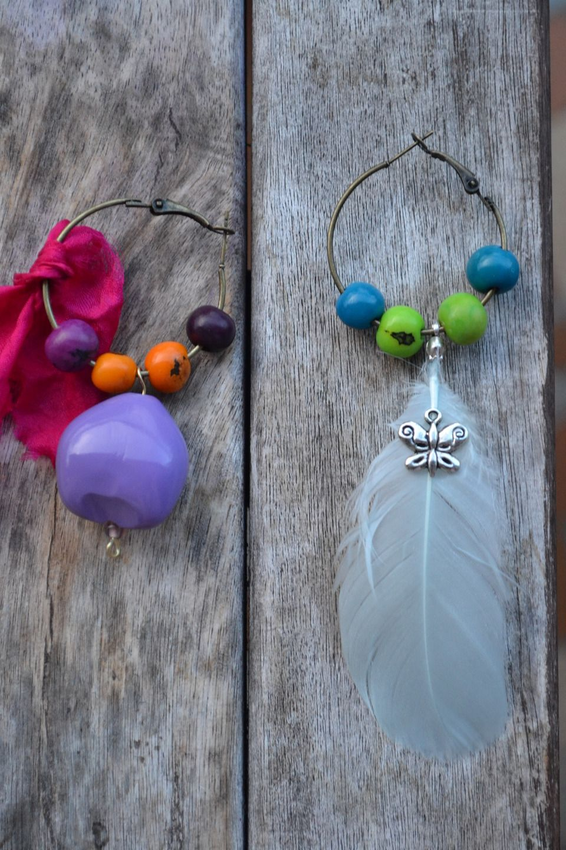 Boucles d'oreille créoles bronze avec graines Lumbang, perles açaï, tissu en satin et plume : Boucles d'oreille par les-perles-de-eihpos