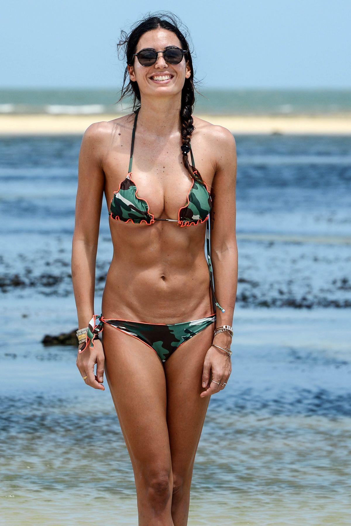 celebrities-bikinis-natural