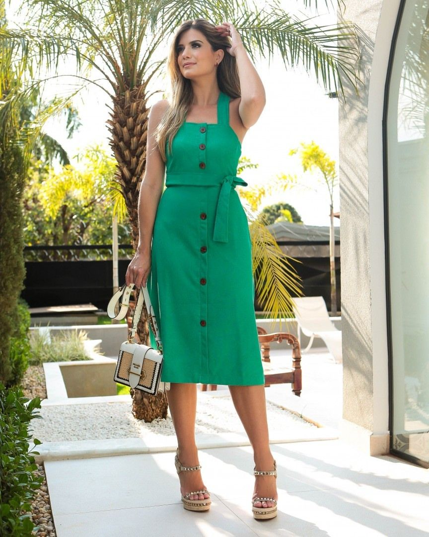 53de142048 Green 💚 O verde é a aposta certa para arrasar nessa estação!   ArianeCanovas já escolheu o seu vestido todo em linho da nova coleção  Verão…