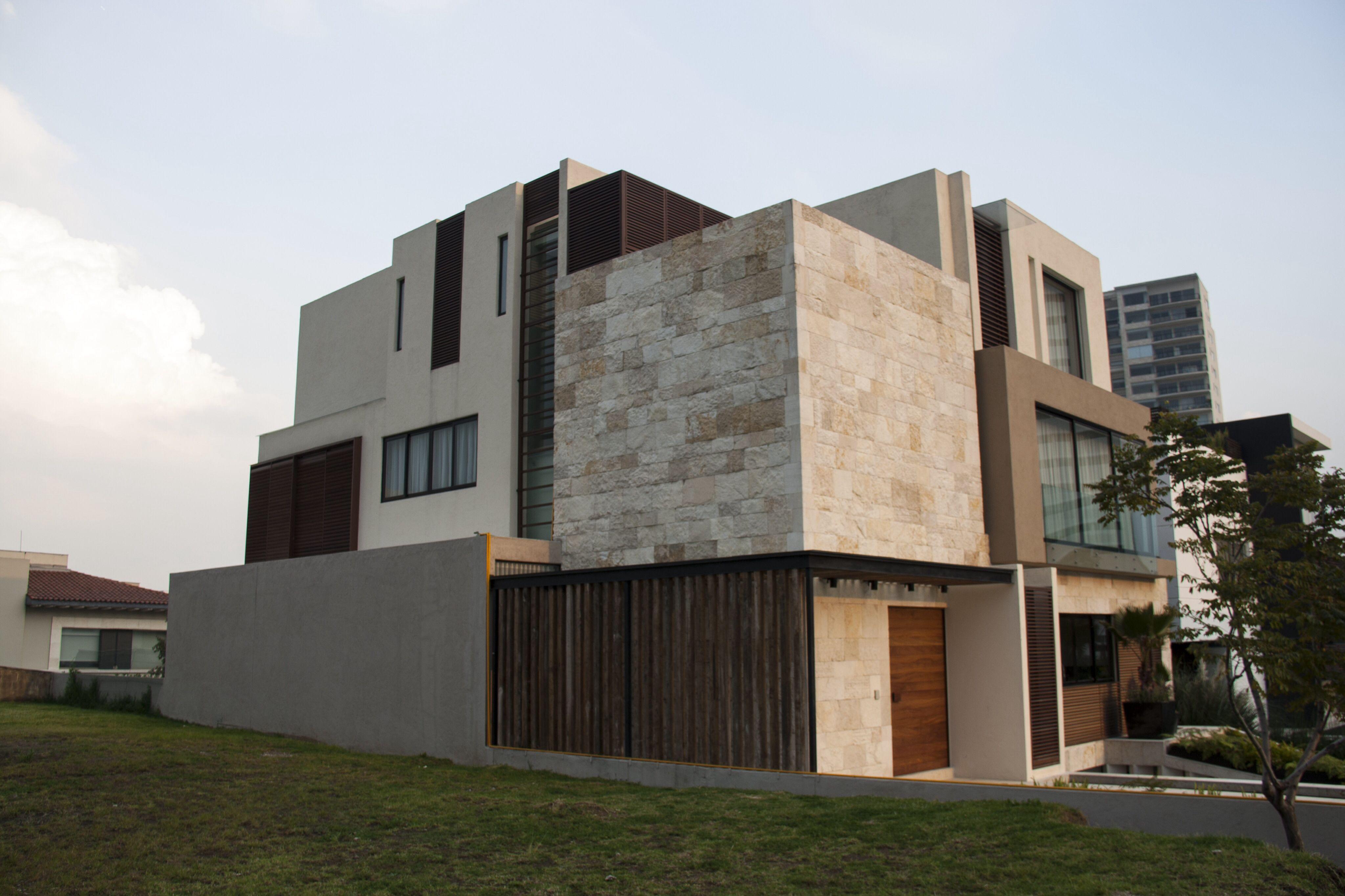 Casa ss fachada muros de piedra celosia de madera - Fachada de casa ...