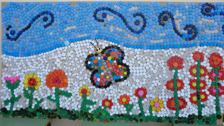 Mural sobre tema primavera realitzat ntegrament amb taps for Bottle cap mural tutorial