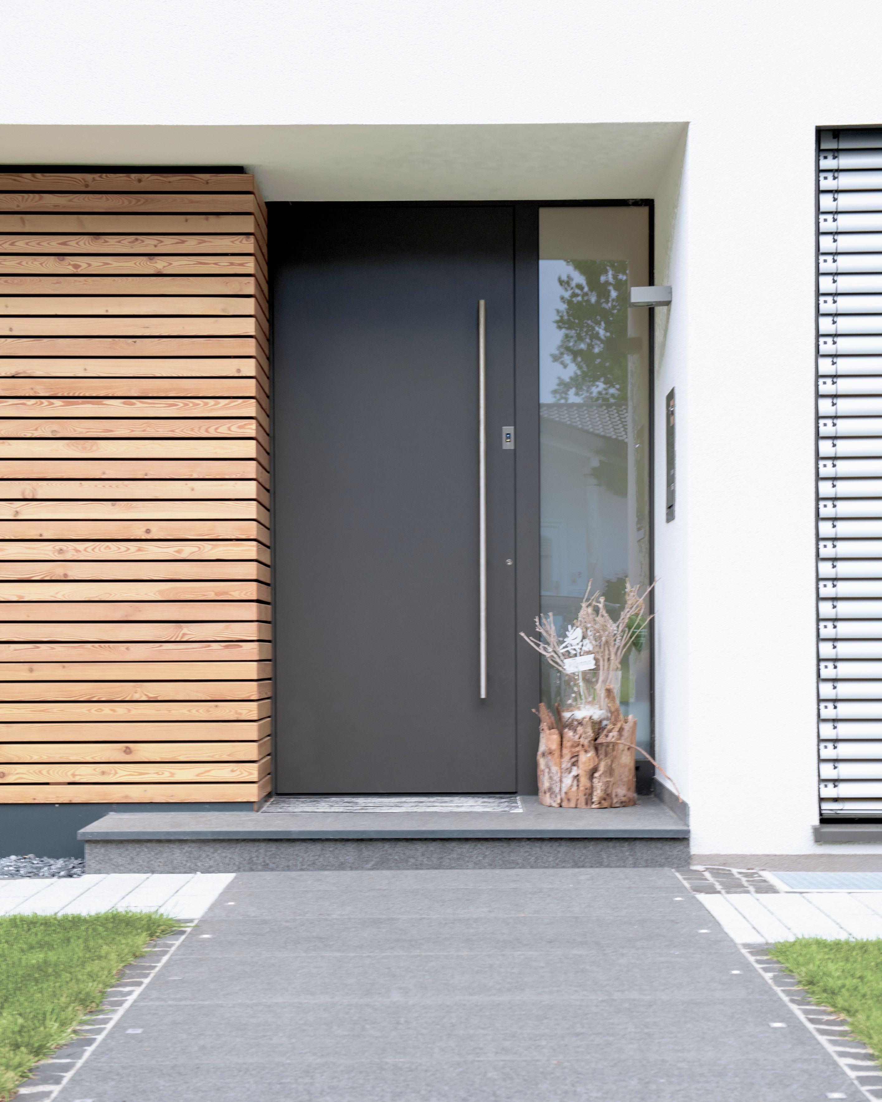 Das Zusammenspiel der rauhen Textur von Holz mit der glatten von Aluminium, gibt dieser architektonischen Komposition seinen besonderen Reiz.